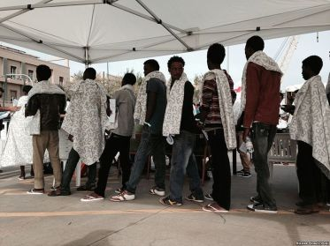 Eritrean refugees arrive at Messina1